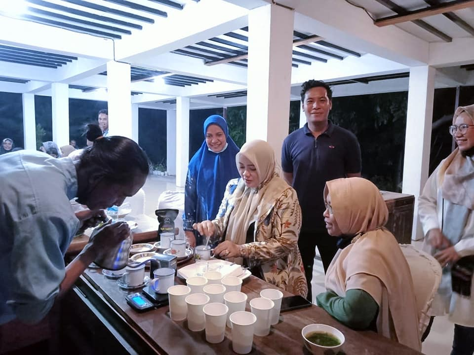 Dinda sedang meracik kopi ddampingi pendiri La Rimpu Dr. Atun Wardatun dan Program officer La Rimpu Lily Marfuatun di Kalikuma Educamp & Library